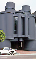 Frank Gehry: Chiat/Day/Mojo. Claes Oldenburg's binoculars form the entrance to the garage. Walk-ins enter to the right.