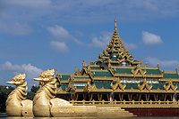 Asie/Birmanie/Myanmar/Yangon: Lac Kandawgye (ou Lac Royal) - Restaurant flottant Le Karaweik