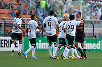 ATENÇÃO EDITOR: FOTO EMBARGADA PARA VEÍCULOS INTERNACIONAIS - SÃO PAULO, SP, 16 DE SETEMBRO DE 2012 - CAMPEONATO BRASILEIRO - PALMEIRAS x CORINTHIANS: Jogadores do Corinthians pedem impedimento do Gol do Palmeiras durante partida Palmeiras x Corinthians, válida pela 25ª rodada do Campeonato Brasileiro no Estádio do Pacaembú. FOTO: LEVI BIANCO - BRAZIL PHOTO PRESS