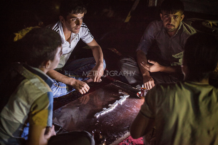 22/05/15. Awbar Village, Darbandikhan area, Iraq. -- Faisal plays domino with the neighbours in the evening.