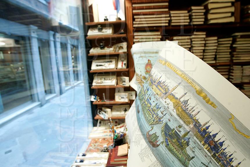 Antiche mappe in vetrina nella Legatoria La Fenice, a Venezia.<br /> Old maps in the window shop of the Legatoria La Fenice bindery in Venice.<br /> UPDATE IMAGES PRESS/Riccardo De Luca