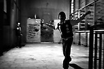 """Napoli, Scampia. Alcuni bambini giocano su un pianerottolo delle """"Vele"""""""
