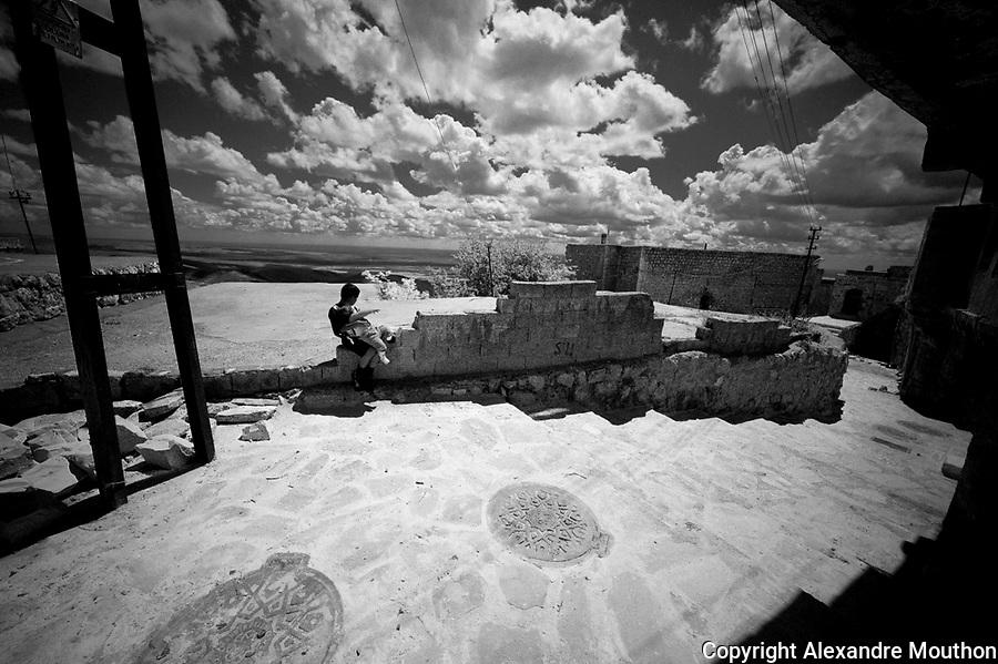 Une ruelle r&eacute;cement pav&eacute;e par les ma&ccedil;ons syriens. Plus bas, elle se transforme en lacis insalubre. Ville de Mardin.<br /> <br /> A paved alley by Syrian masons. Lower, it becomes unhealthy maze. City of Mardin.