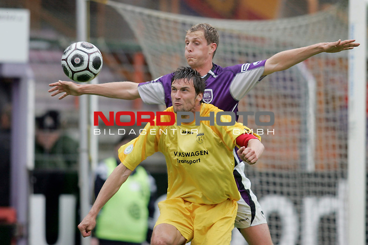 RLN 2005/2006 -  37. Spieltag - RŁckrunde, Osnatel-Arena<br /> VfL OsnabrŁck - BSV Kickers Emden.<br /> Oliver GlŲden (Emden, unten) im Kampf um den Ball mit Jan Schanda (Osnabrueck, oben).<br /> Foto &copy; nordphoto