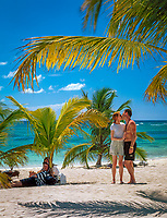 Dominikanische Republik, Isla Saona, Laguna Canto de la Playa - Gruppe Jugendlicher relaxed am Strand   Dominican Republic, Saona Island, Laguna Canto de la Playa - young people relaxing on the beach