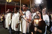 Campinas (SP), 19/04/2019 - Procissao do Senhor Morto - Fieis participam da procissão do Senhor Morto nas ruas do Centro de Campinas (SP) no começo da noite desta sexta-feira (19). A celebração teve início na Basílica Nossa Senhora do Carmo, onde os fieis se concentraram e saíram em caminhada até a Praça da Catedral Metropolitana.   <br /> No trajeto os fieis fizeram orações e também houve a apresentação do canto da Verônica. A procissão é uma das cerimônias que os católicos participam neste dia, em que se celebra a paixão e morte de Jesus Cristo. <br /> Este ano, foi exposta uma relíquia, um pedaço da cruz de Jesus Cristo. (Foto: Denny Cesare/Código19/Agência O Globo). São Paulo
