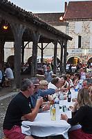 Europe/France/Midi-Pyrénées/32/Gers/Saint-Clar: Lors de la fête du village repas sur la place de la Bastide
