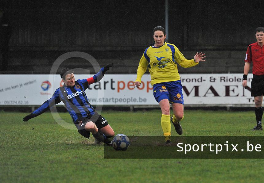 Club Brugge - STVV : duel tussen Christine Saelens (links) en Elke Meers.foto Joke Vuylsteke / Vrouwenteam.be