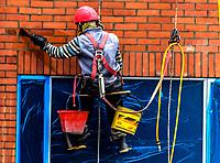BOGOTA -  COLOMBIA - 18 - 09 - 2020: Hombres trabajando en la limpieza de un edificio en Bogota. / Men working cleaning a building in Bogota / Photo: VizzorImage  / Luis Ramirez / Staff.