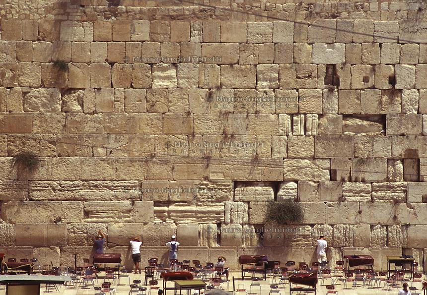 ISRAELE, Gerusalemme: ebrei in preghiera al Muro del Pianto. Banchi e sedie tutto intorno.
