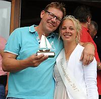 ZEILSPORT: EARNEWÂLD: 08-08-2017, SKS Skûtsjesilen, schipper skûtsje Akkrum Pieter Meeter en zeilkoningin Willyant de Haan, ©foto Martin de Jong
