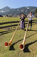 Alphornbläser Jörg und Christine Pöschl in Ofterschwang im Allgäu, Bayern, Deutschland<br /> Alphorn blower Jörg und Christine Pöschl in Ofterschwang, Allgäu, Bavaria Germany