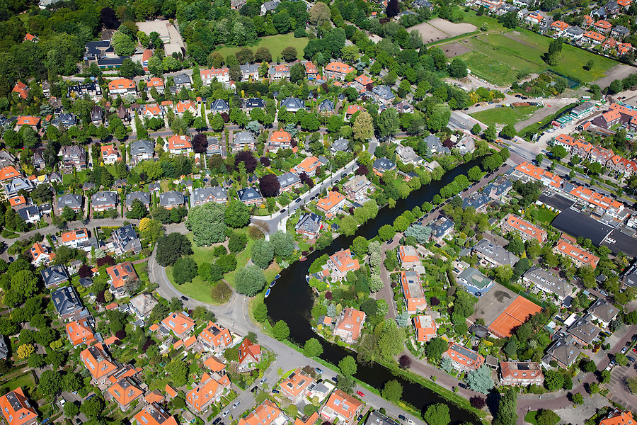 Nederland, Noord-Holland, Bloemendaal, 12-05-2009; villa's en landhuizen in het groen van de bossen van Aerdenhout en Bentveld.Swart collectie, luchtfoto (toeslag); Swart Collection, aerial photo (additional fee required).foto Siebe Swart / photo Siebe Swart