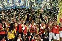 BOGOTÁ -COLOMBIA, 24-06-2017: Jugadoras de Santa Fe celebran con el trofeo como campeonas de las Liga Femenina Aguila 2017 después del partido de vuelta entre Independiente Santa Fe y Atletico Huila por la final de la Liga Femenina Aguila 2017 jugado en el estadio Nemesio Camacho El Campin de la ciudad de Bogota. / Players of Santa Fe celebrate with the trophy as champions of the Aguila Women League 2017 after second leg match between Independiente Santa Fe and Atletico Huila for the final of Aguila Women League 2017 played at the Nemesio Camacho El Campin Stadium in Bogota city. Photo: VizzorImage/ Gabriel Aponte / Staff