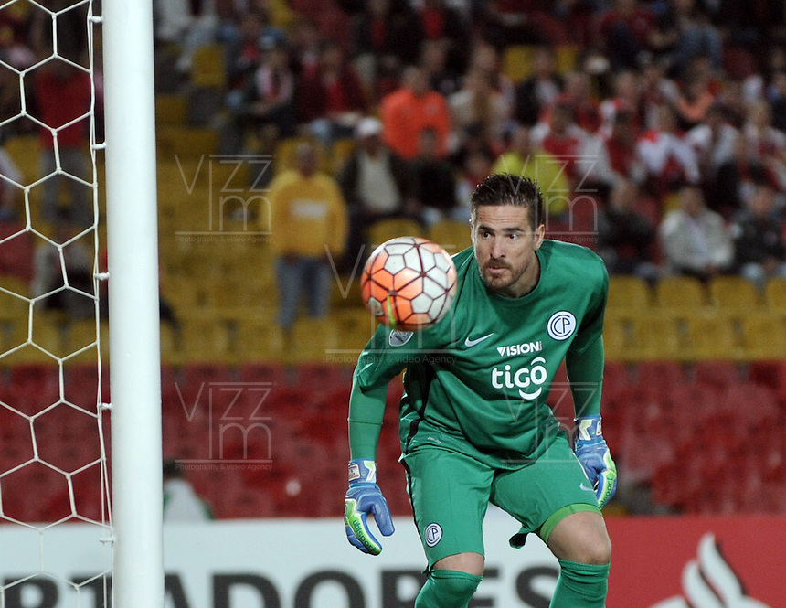 BOGOTA- COLOMBIA - 16-02-2016: Anthony  Silva, portero de Cerro Porteño del Paraguay, durante partido entre Independiente Santa Fe de Colombia y Cerro Porteño del Paraguay por la segunda fase de la Copa Bridgestone Libertadores en el estadio Nemesio Camacho El Campin, de la ciudad de Bogota. / Anthony  Silva, golakeeper of Independiente Santa Fe of Colombia, during a match between Independiente Santa Fe of Colombia and Cerro Porteño of Paraguay for the second phase, of the Copa Bridgestone Libertadores in the Nemesio Camacho El Campin in Bogota city. VizzorImage / Luis Ramirez / Staff.