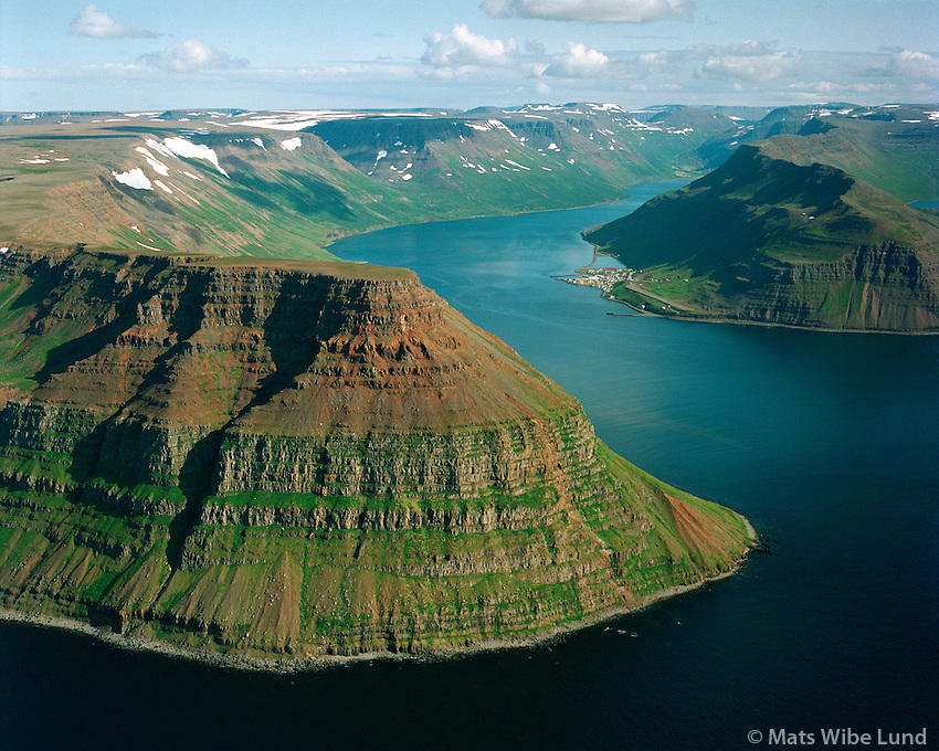 Göltur, Súgandafjörður, Suðureyri séð til austurs, Suðureyrarhreppur / Mount Goltur. Sugandafjordur and Sudureyri viewing east, Sudureyrarhreppur.