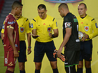 IBAGUÉ -COLOMBIA, 10-07-2015. Edilson Ariza, árbitro, hace el sorteo previo al encuentro entre Deportes Tolima y Cortulúa por la fecha 12 de la Liga Águila II 2016 jugado en el estadio Manuel Murillo Toro de Ibagué. / Edilson Ariza, referee, makes a raffle prior the match between Deportes Tolima and Atletico Huila for the date 10 of the Aguila League II 2016 played at Manuel Murillo Toro stadium in Ibague city. Photo: VizzorImage / Juan Carlos Escobar / Str
