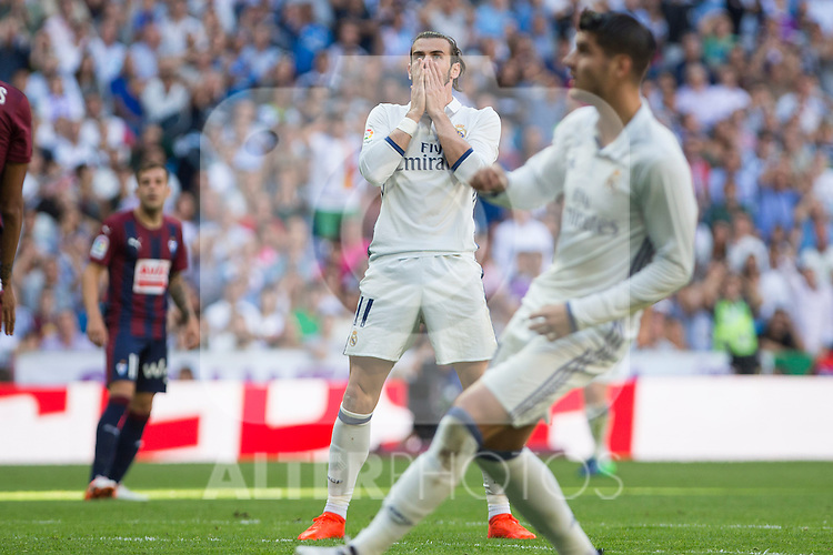 Real Madrid's Garet Bale durign the match of La Liga between Real Madrid and SD Eibar at Santiago Bernabeu Stadium in Madrid. October 02, 2016. (ALTERPHOTOS/Rodrigo Jimenez)