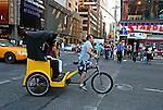 Transporte em triciclo. New York. EUA. 2008. Foto de Vinicius Romanini.