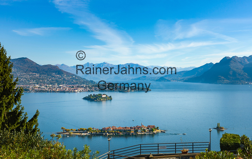 Italy, Piedmont, Stresa: view from district Campino at Isola dei Pescatori (also known as Isola Superiore), behind Isola Madre with Palazzo Madre (Museum) and town Verbania, to the right islet La Malghera, the smallest of the five Borromean Islands (Isole Borromee) | Italien, Piemont, Stresa: Blick vom Ortsteil Campino auf die Isola dei Pescatori (auch Isola Superiore genannt), dahinter die Isola Madre mit dem Palazzo Madre (Museum) und die Stadt Verbania, ganz rechts das winzige Eiland La Malghera, die kleinste der fuenf Borromaeischen Inseln