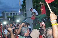BRASÍLIA, DF, 16.11.2013 – MENSALÃO/TRANSFERÊNCIA/PRESOS – Manifestantes fazem protesto contra a prisão dos condenados do mensalão em frente a superintendência da Polícia Federal em Brasília neste sábado, 16. Os presos transferidos para Brasília entram pela entrada de serviços, driblando assim toda a imprensa. (Foto: Ricardo Botelho / Brazil Photo Press).
