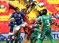 BOGOTÁ- COLOMBIA,14-07-2019:Maria Peraza (Izq.) jugadora de Millonarios femenino  disputa el balón con Allyson Ballesteros (Der.) jugadora de La Equidad femenino  durante el primer partido de la Liga Águila Femenina 2019 jugado en el estadio Nemesio Camacho El Campín de la ciudad de Bogotá. /Maria Peraza (L) player of Millonarios fights the ball  against of Allyson Ballesteros (R) player of Equidad during the firts match for the Liga Aguila women  2019 played at the Nemesio Camacho El Campin stadium in Bogota city. Photo: VizzorImage / Felipe Caicedo / Staff
