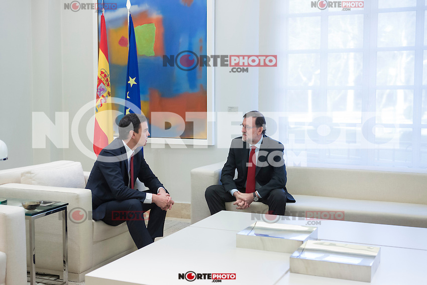 Spain's acting Prime Minister Mariano Rajoy, right, speaks with main Socialist opposition leader Pedro Sanchez during a meeting at the Moncloa Palace in Madrid, Spain. December 23, 2015. (ALTERPHOTOS/Victor Blanco)