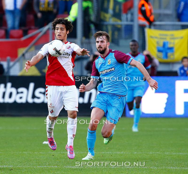 Nederland, Utrecht, 2 november 2014<br /> Eredivisie<br /> Seizoen 2014-2015<br /> FC Utrecht-Vitesse <br /> Yassin Ayoub (l.) van FC Utrecht in actie met bal. Rechts Davy Propper van Vitesse.