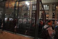 SÃO PAULO, SP - 07.10.2013 - MANIFESTAÇÃO SP PROFESSORES-  Apos confronto com a Policia Militar manifestante e pedestres ficam feridos, bancos são quebrados e lixos são incendiados na Praça da República região central de São Paulo. (Foto: Marcelo Brammer/Brazil Photo Press)