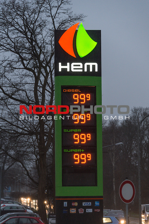 11.12.2014, Chemnitz,  Stadion an der Gellertstraße, GER,  Spirtpreise wie zu OMA`s zeiten - alles für 99 Cent, im Bild<br /> <br /> Da staunten die Autofahrer im niedersächsischen Lohne (Landkreis Vechta) nicht schlecht als am Doinnerstag morgen die Preise an der HEM Tankstelle alle auf 99 Cent für 1 Stunde gesenkt wurden. Schnell entwickelte sich ein Verkehrschaos rund um die tanke, bis um 10 Uhr als die normalen Preise wieder angezeigt wurden<br /> <br /> Foto © nordphoto / KFOTO / Kokenge
