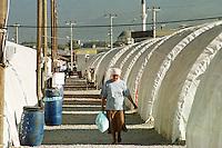 Nach dem Erdbeben im August in der Tuerkei leben tausende Menschen in Zeltlagern und Behilfszelten. Das tuerkische Militaer hat nahe der Ortschaft Asagi Yuvacik Mahallesi das Zeltlager Mehmetzik Kenti fuer ca. 4.500 Menschen errichtet. Hier leben Menschen, deren Haeuser vollstaendig zerstoert wurden.<br /> 13.10.1999, Asagi Yuvacik Mahallesi/Tuerkei<br /> Copyright: Christian-Ditsch.de<br /> [Inhaltsveraendernde Manipulation des Fotos nur nach ausdruecklicher Genehmigung des Fotografen. Vereinbarungen ueber Abtretung von Persoenlichkeitsrechten/Model Release der abgebildeten Person/Personen liegen nicht vor. NO MODEL RELEASE! Nur fuer Redaktionelle Zwecke. Don't publish without copyright Christian-Ditsch.de, Veroeffentlichung nur mit Fotografennennung, sowie gegen Honorar, MwSt. und Beleg. Konto: I N G - D i B a, IBAN DE58500105175400192269, BIC INGDDEFFXXX, Kontakt: post@christian-ditsch.de<br /> Bei der Bearbeitung der Dateiinformationen darf die Urheberkennzeichnung in den EXIF- und  IPTC-Daten nicht entfernt werden, diese sind in digitalen Medien nach &sect;95c UrhG rechtlich gesch&uuml;tzt. Der Urhebervermerk wird gemaess &sect;13 UrhG verlangt.]