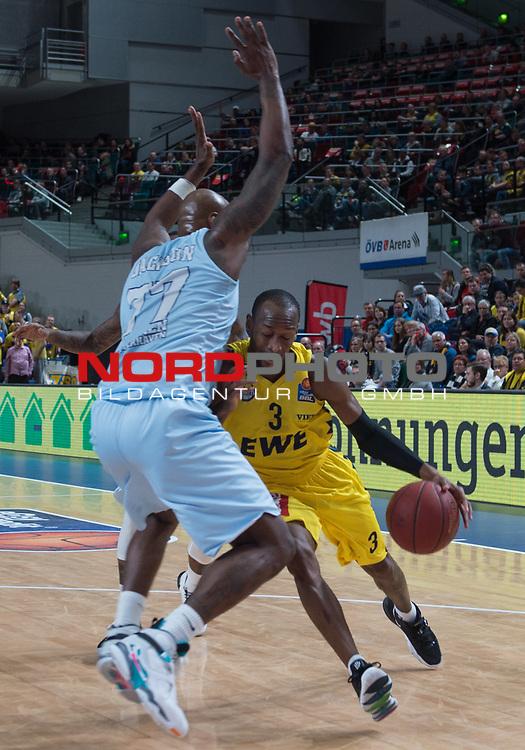 10.02.2019, &Ouml;VB Arena, Bremen, GER, easy Credit-BBL, Eisb&auml;ren Bremerhaven vs EWE Baskets Oldenburg, im Bild<br /> Klein gegen Gross<br /> Will CUMMINGS (EWE Baskets Oldenburg #3 )<br /> Darnell JACKSON ( Eisb&auml;ren Bremerhaven #77 )<br /> Foto &copy; nordphoto / Rojahn