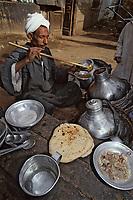 """Afrique/Egypte/Esna: Marchand de """"foul"""" fèves séches bouillie servies chaudes  à l'heure du petit déjeuner dans les souks"""
