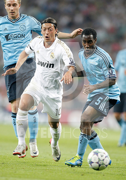 Real Madrid's Mesut Özil against AFC Ajax Amsterdam's Vurnon Anita during UEFA Champions League match. September 27, 2011. (ALTERPHOTOS/Alvaro Hernandez)