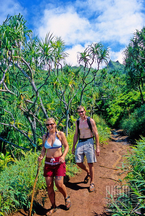 Couple on a day-hike along the Kalalau Trail