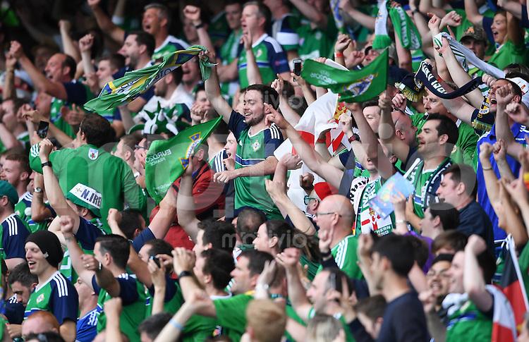 FUSSBALL EURO 2016 GRUPPE C in Paris Nordirland - Deutschland     21.06.2016 Nordirische Fans feiern im Prinzenpark Stadion ihr Team, indbesondere Will Grigg (Nordirland)