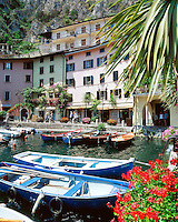Italy, Lombardia, Lake Garda, Limone: popular resort, harbour | Italien, Lombardei, Gardasee, Limone: beliebtes Ausflugsziel am Westufer, Hafen
