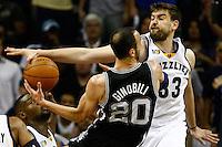 MEM04. TENNESSEE (EEUU), 25/04/2011.- El jugador argentino de los Spurs de San Antonio Manu Ginobili (c) disputa la posesión del balón con el español Marc Gasol (d) de los Grizzlies de Memphis hoy, lunes 25 de abril de 2011, en un partido de los cuartos de final de la NBA disputado en el FedExForum de Memphis (EEUU). EFE/MIKE BROWN/PROHIBIDO SU USO PARA CORBIS