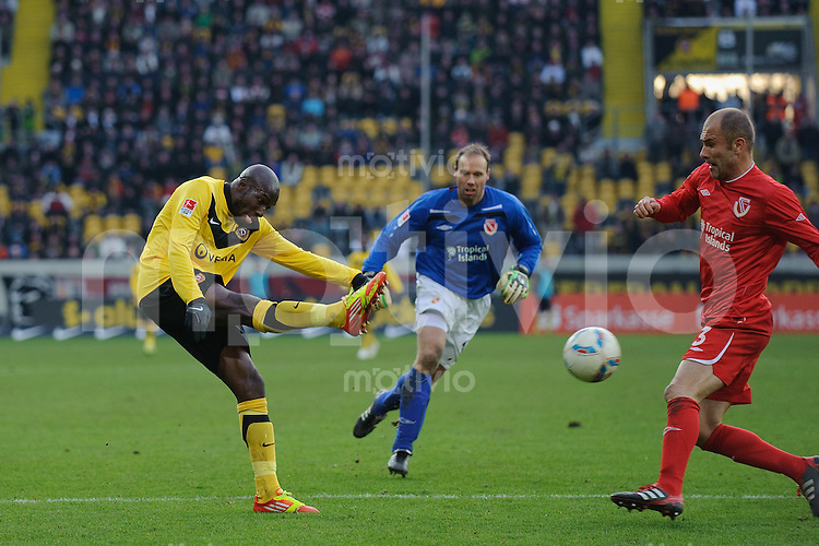 Fussball 2. Bundesliga Saison 2011/2012 18. Spieltag Dynamo Dresden - FC Energie Cottbus V.l.: Mickael POTE (Dynamo Dresden), Rene RENNO, Ivica BANOVIC (Cottbus).