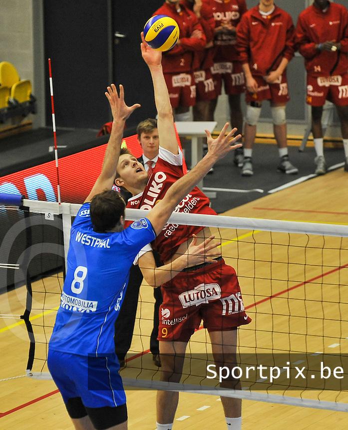 Knack Roeselare - Noliko Maaseik : Hermans Egleskalns met de smash tegenover Dirk Westphal.foto VDB / BART VANDENBROUCKE