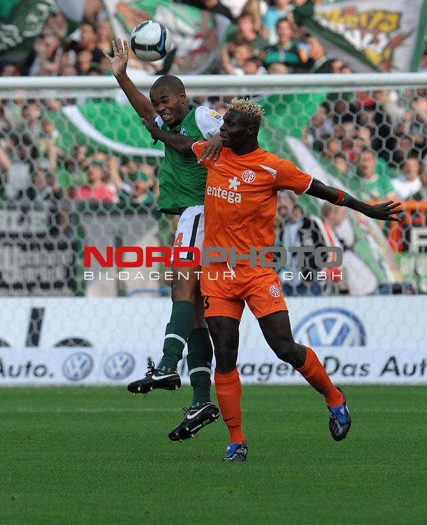 FBL 09/10  07. Spieltag Hinrunde / Weser Stadion<br /> Werder Bremen - Mainz05<br /> <br /> Kopfballduell zwischen Naldo ( Bremen BRA #4 ) und  Aristide Banc&eacute; (Mainz #23)<br /> <br /> Foto &copy; nph ( nordphoto )