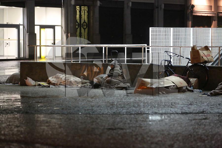 SAO PAULO, SP, 17/05/2012, CLIMA TEMPO.  Madrugada gelada em Sao Paulo nessa Quinta-feira (17), na regiao da Av. Paulista os termometros marcavam 11 Graus as 4hs. Luiz Guarnieri/ Brazil Photo Press.