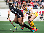 AMSTELVEEN - Hockey - Hoofdklasse competitie dames. AMSTERDAM-DEN BOSCH (3-1) Julia Muller met Lieke Hulsen (Den Bosch)    COPYRIGHT KOEN SUYK