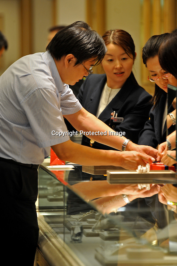 A Chinese tourist buys duty free gold in the upmarket Ginza area of Central Tokyo, 17th September, 2008.<br />