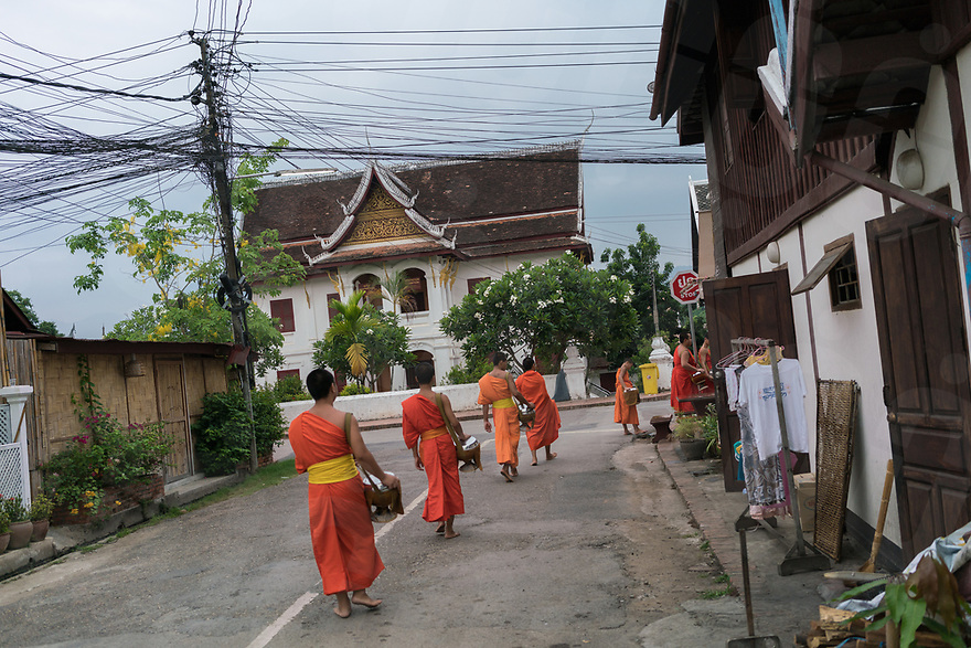 May 06, 2017 - Luang Prabang (Laos). Buddhist monks receive alms in the streets of Luang Prabang. © Thomas Cristofoletti / Ruom