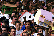 Pagadores de promessa levam objetos durante a prociss&atilde;o para agradecer Nossa Senhora de Nazar&eacute; a uma gra&ccedil;a alcan&ccedil;ada ou desejada . A romaria com cerca de 1.500.000 de pessoas &eacute; considerada uma das maiores prociss&otilde;es religiosas do planeta.<br />Belem-Para-Brasil<br />&copy;Foto: Paulo Santos/ Interfoto<br />12/10/2003<br />Digital<br />12/10/2003<br />Foto Paulo Santos/Interfoto
