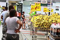 SALVADOR, BA, 11.11.2016 - SUPERMERCADO-BA - Imagem de arquivo de clientes fazendo compras no supermercado Atakarejo na cidade de Salvador (BA).  (Foto: Joá Souza / Brazil Photo Press).