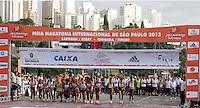 SAO PAULO, SP, 04 DE MARCO DE 2012 - MEIA MARATONA INTERNACIONAL DE SAO PAULO -  Atletas da elite feminina durante a largada da Meia Maratona Internacional de Sao Paulo, na Praca Charles Muller, na manha deste domingo, 04. (FOTO: WARLEY LEITE - BRAZIL PHOTO PRESS).