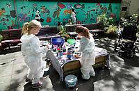 Nederland - Amsterdam - mei 2019.   Kunstenaar Gerti Bierenbroodspot is samen met kinderen van vluchtelingen en buurtkinderen begonnen aan een grote muurschildering in het centrum van Amsterdam. <br /> De schildering van 100 vierkante meter zal verschijnen op de muren van de Leidse Dwarstuin, een voorheen verwaarloosd stukje grond aan de Lange Leidsedwarsstraat. Het thema van de muurschildering is de natuur. De kinderen mogen zelf kiezen welk dier ze willen vereeuwigen en worden daarbij geholpen door Bierenbroodspot. De kinderen beschilderen de limnkermuur. Gerti maakt een schildering van enkele etages hoog op de rechtermuur. Het project moet over enkele weken af zijn. De gemeente heeft opdracht gegeven voor de muurschildering om toeristen te laten zien dat het Leidsepleingebied een omgeving is waar mensen wonen.      Foto mag niet in negatieve / schadelijke context gepubliceerd worden.    Foto Berlinda van Dam / Hollandse Hoogte