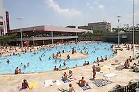 S&Atilde;O PAULO, SP, 05/01/2012, LOTA&Ccedil;&Atilde;O PISCINA SESC BELENZINHO. <br /> Com os termometros marcando 32&ordm;C hoje (5), o paulistano lotou as piscinas da capital, o Sesc do Belezinho ficou durante todo o dia com as piscinas tomadas pelos associados.<br /> <br />  Luiz Guarnieri/ News Free
